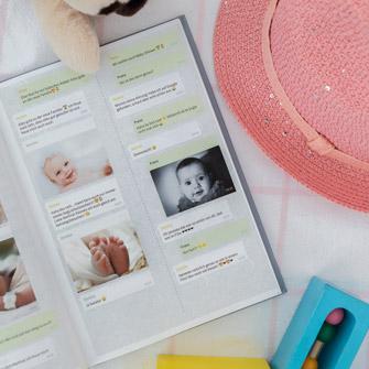 El chat WhatsApp sobre el bebé en un libro