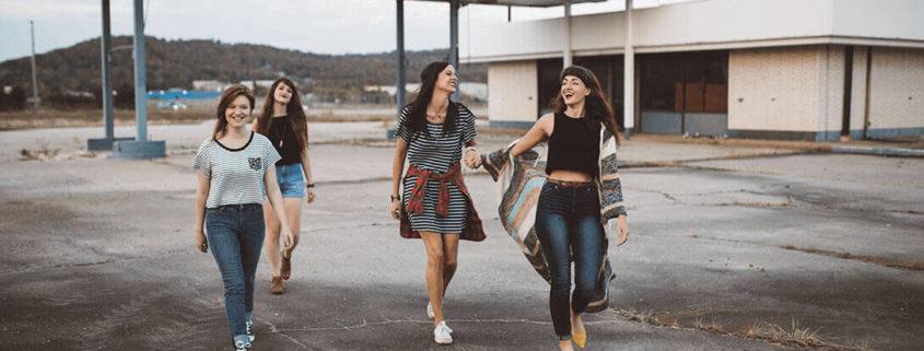 Vier Freundinnen unterwegs an verlassener Tankstelle