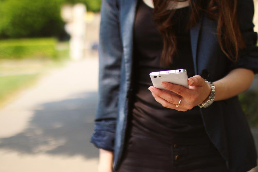 Frau mit Smartphone in ihrer Hand