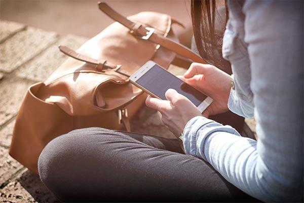 Junge Frau bedient ihr Smartphone
