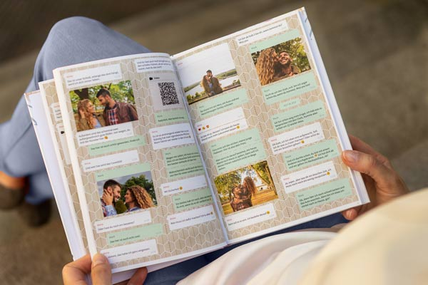 Frau liest aus einem zapptales Hardcover iMessage Chat Buch