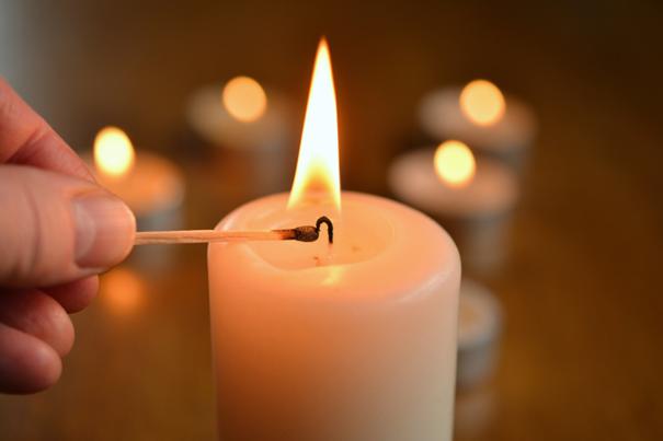 Kerze anzünden und beten als Trauerritual